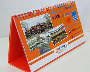 Kalender meja dengan board orange