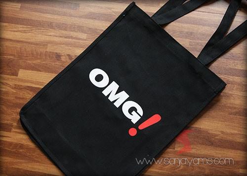 tas kanvas dengan cetakan logo OMG