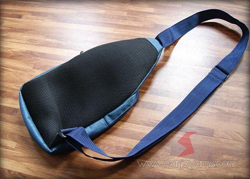 Detail bagian belakang sling bag