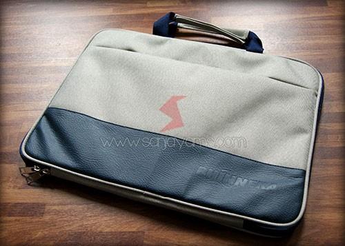 Tas laptop dengan warna hitam pada kulit