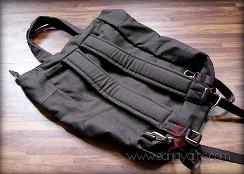 Tampak belakang tas ransel warna hitam
