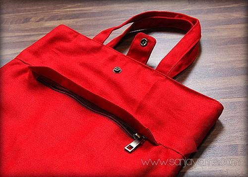 Tampak depan tas ransel merah