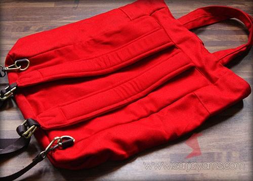Tampak belakang tas ransel merah