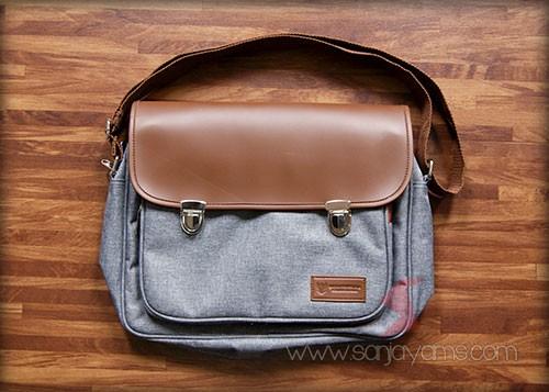 Tas selempang dengan warna abu-abu